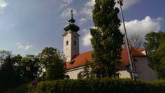 Die kleine wunderschöne Rokokokirche in Bogenhausen. Sie umgibt ein kleiner sehenswerter Friedhof mit wunderschönen schmiedeeisernen Grabkreuzen. Hier liegen Persönlichkeiten wie Liesl Karlstadt, Erich Kästner, Joachim Fernau, Bernd Eichinger u.v.a.