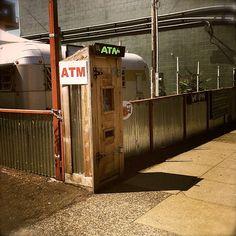 お金が出てくる木箱。 Rustic wooden box, it's ATM!