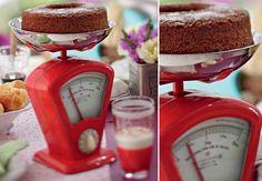 Uma balança de cozinha substitui o tradicional prato de bolo