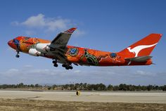 "Qantas Boeing 747-438ER in ""Wunala Dreaming"" livery close to touchdown at LAX, October 2009. (Photo: Duncan Stewart)"