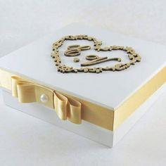 Caixa padrinhos 15x15x5 com pintura branca e brasão no laser com envelhecimento no dourado, laço chanel com pérola e mensagem interna. #lembrancapadrinhos #wedding #casamento #caixaconvite #instacasamento #artesanal #personalizado #maringa #eternizeatelier