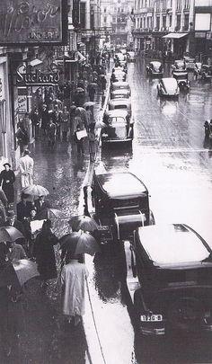 Calea Victoriei în anii '30, tot într-o zi ploioasă.  Sursa: Arhivele Naționale ale României