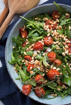 Rucolasalat - Opskrift på nem rucola salat med bagte tomater - You are in the right place about salata de vinete Here we offer you the most beautiful pictures ab - Easy Salad Recipes, Easy Salads, Veggie Recipes, Salad Menu, Salad Dishes, Waldorf Salat, Cottage Cheese Salad, Raw Broccoli, Seafood Salad