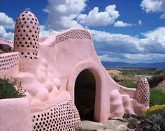 Pink Earth Ship, Taos, New Mexico. Let's murder Travis and live in a pink earth ship house Travel New Mexico, Taos New Mexico, The Places Youll Go, Places To See, Earthship Home, Mexico Style, Land Of Enchantment, Pink Houses, Architecture