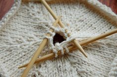 How to knit a hexagon. I can see the colorful afghan this would make with scrap yarn, but knowing me, I would get bored with making the hexagons and g. Knitting Designs, Knitting Patterns Free, Knit Patterns, Knitting Projects, Crochet Projects, Knitting Stiches, Knitting Needles, Knitting Yarn, Knitted Blankets