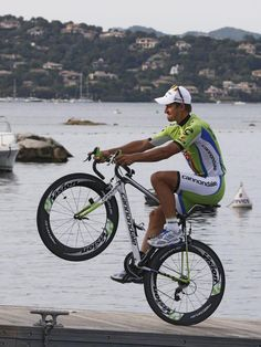 Artistisch fahren kann Peter Sagan schon einmal. Der Slowake zeigte bei der Teampräsentation zur Tour de France sein Können. (Foto: Guillaume Horcajuelo/dpa)
