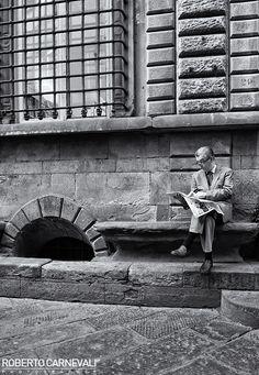 Reading in the street | © Roberto Carnevali
