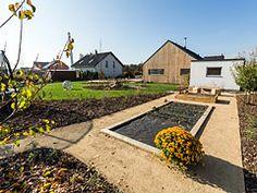 Ferdinandovy zahrady: Zabydlená zahrada — Česká televize Shed, Outdoor Structures, Cabin, House Styles, Home Decor, Homemade Home Decor, Backyard Sheds, Cabins, Cottage