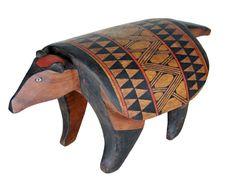Banco indígena . Uyai . Brasil Arte Popular, African House, Arte Tribal, Indian Art, Ceramic Art, Handicraft, Wood Art, South America, Mammals