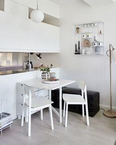 Cómo sacarle partido a un mini apartamento para que te queda todo Small Apartment Design, Small Apartments, Small Space Living, Small Spaces, Dinning Tables And Chairs, Boho Deco, Minimal Kitchen, Home And Deco, Apartment Living