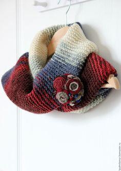 Купить или заказать Шарф-снуд 'Снегири' в интернет-магазине на Ярмарке Мастеров. Теплый и уютный шарф-снуд в два оборота всевозможных кремово-сине-красных оттенков. Связан вручную из красивой и мягкой пряжи (шерсть 49%, полиакрил 51%). Отлично смотрится с любой верхней одеждой: пальто, плащом, курткой, пуховиком, шубой. Стильный снуд объемной вязки внесет дерзкую нотку в Ваш образ и согреет в холод. Брошечка продается отдельно.
