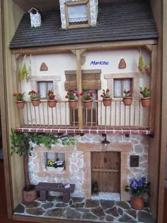 Love the geraniums on the balcony! Vitrine Miniature, Miniature Rooms, Miniature Houses, Mosaic Projects, Clay Projects, Minis, Box Frame Art, Mini Doll House, Tiny House