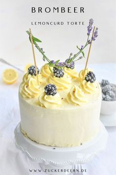 A summer cake; Airy sponge cake bottoms, blackberries and fine lemoncurd mascarpone filling! A summer cake; Airy sponge cake bottoms, blackberries and fine lemoncurd mascarpone filling! Lemon Curd Dessert, Lemon Curd Pie, Lemon Desserts, Lemon Torte, Summer Desserts, Beef Pies, Mince Pies, Punch Aux Fruits, Torte Au Chocolat