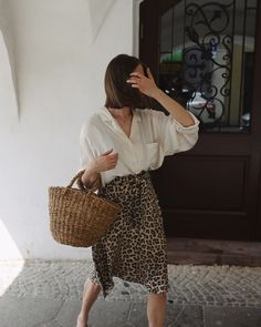 White shirt and animal print skirt Accesories - Accesories jewelry - Accesories bag - Accesories ilu Printed Skirt Outfit, Skirt Outfits, Printed Skirts, Shirt Skirt, Leopard Print Skirt, Animal Print Skirt, Looks Street Style, Looks Style, Spring Summer Fashion