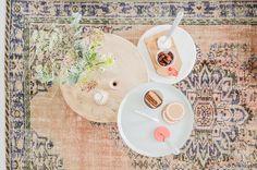 Stylingtip : Een sfeervolle zithoek in de woonkamer door de toevoeging van kleur | Binti Home blog : Interieurinspiratie, woonideeën en stylingtips