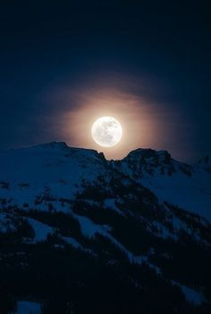 Full Moon Rising over Blackcomb Peak - Whistler, British Columbia, Canada Two of my favorite things! The moon and the mountains, how gorgeous of a shot too Stars Night, Good Night Moon, Stars And Moon, Moon Beauty, Ciel Nocturne, Shoot The Moon, Moon Photography, Moon Magic, Beautiful Moon
