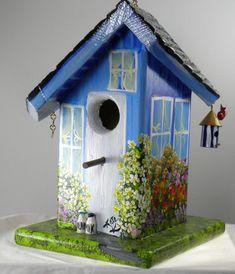 Twisted Birdhouse, main peint bleu avec elle est propre oiseau maison et une voiture dans le Garage