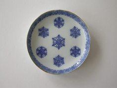瀬戸 印判手 雪の結晶の図 明治~大正  直径-10.6cm Ceramic Design, Decorative Plates, Japan, Ceramics, Tableware, Blue, Home Decor, Ceramica, Pottery