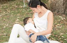 Expulsan a madre de plaza pública por amamantar a su bebé: Indignación en redes sociales | Argentina