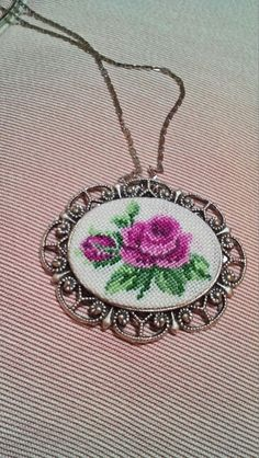 Gul ve goncasi kolyede Silk Ribbon Embroidery, Hand Embroidery, Embroidery Designs, Mini Cross Stitch, Cross Stitch Flowers, Cross Stitch Designs, Cross Stitch Patterns, Cross Stitching, Cross Stitch Embroidery