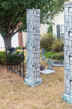 Everything you need to know to create a spooky Halloween yard haunt in your front yard. Diy Halloween Pillars, Diy Halloween Fence, Diy Halloween Graveyard, Halloween Yard Displays, Halloween Tombstones, Creepy Halloween, Outdoor Halloween, Halloween Party, Halloween Decorations