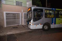 Identificado homem morto em tentativa de assalto a ônibus em Botucatu - A polícia identificou o suspeito morto na noite de sábado, 10, depois de tentar assaltar um ônibus de transporte coletivo na rua Curuzu. Luis Henrique dos Santos Rodrigues, de 23 anos, já tinha passagens pela polícia pelo mesmo crime, roubo a circular em 2014. Ele chegou a ficar preso, massaiu da  - http://acontecebotucatu.com.br/policia/identificado-homem-morto-em-tentativa-de-assalto-onibus-em-b