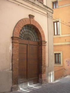 Camerino, Via Varino Favorino, portone in ferro battuto con cuore al posto del giglio, luglio 2014.
