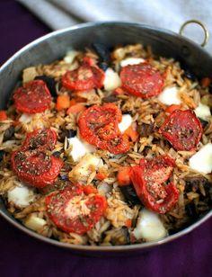 Tutustu orzoon: täyttävä kasvis-mozzarella-uunipasta - Kiusauksessa - Kiusauksessa - Helsingin Sanomat Orzo, Mozzarella, Paella, Food And Drink, Pizza, Vegetarian, Ethnic Recipes, Joy