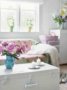 Aus dem Buch Vintage Home: Shabby Chic Wohnzimmer mit einem alten Koffer als Tisch (Foto Verlag BusseSeewald)