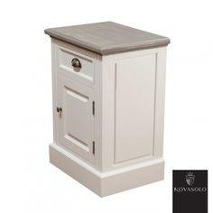 Pent og praktisk Clara nattbord med en rustikk finish. Nattbordet har skuff og skap og leveres også med hengsling på motsatt side. Topplaten har en antikkgrå, men ikke fullstendig dekkende farge. Fargevariasjon vil derfor være en fremtredende del av hvert enkelt møbel.