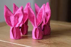 osterhase basteln servietten falten anleitung rosa