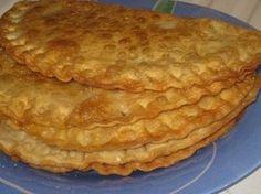 Чебуреки Тесто: Мука 4 тонких стакана Вода 1 и 1/3 стакана водка 2 ст.л. яйцо 1 шт растительное масло 2 ст.л. соль 1/2 ч.л. Фарш: Жирная баранина, говядина или свинина (можно смешивать на свой вкус) 700г репчатый лук 3 головки кефир 1 стакан зелень кинзы, петрушки и укропа по вкусу соль, перец по вкусу