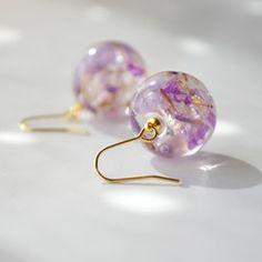 ご覧いただきましてありがとうございます。スターチスと霞草の花をドライフラワーにして樹脂でそっと包み込みました。スターチスは2色の紫色、そして小さな霞草の白色をあしらえ、とても上品に可愛く仕上がりました♡ ゆらゆらと揺れるフックタイプのピアスです。イヤリングもご用意しております。ギャラリーからご覧ください♪ 大きさ 約16㎜程スターチス・霞草の花レジンステンレスフック・メッキ金具 『春ハンドメイド2017』『春のおでかけハンドメイド2017』 エントリー作品☆発送方法について☆------定型外郵便の値段が変更になりましたので更新いたしました。・送料に差額が生じた場合は返金いたしておりません、ご了承ください。・2点以上(8000円未満)同時購入の際の定型外郵便の追加料金はいただいておりませんので不足分がありましたらこちらで負担させていただいております。・ギフトラッピング/定型外郵便をご希望の方は、配送方法の選択で【定形外郵便-ギフトラッピング注文時】を必ずお選びください。 ・ギフトラッピング/レターパックをご希望の方は、配送方法の選択で【レターパックプラス 】を...
