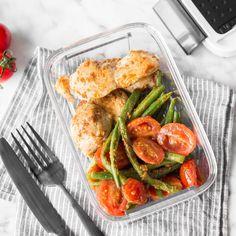 Diese Hähnchenstreifen mit Pesto, grünen Bohnen und Tomaten sind wie geschaffen für deinen Meal Prep Plan. Einfach vorzubereiten, schnell wieder aufgewärmt.