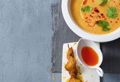 Linsensuppe mit Chiliöl und Curry-Hühnerspießen