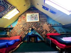 House in Cardiff, United Kingdom. A  comfortable attic room in an older house with plenty of character, very close to everything  in Cardiff - only 5-10 minutes walk from bus and train stations, the city centre, Cardiff Castle etc. Comfortable double futon bed + up to 2 single bed...