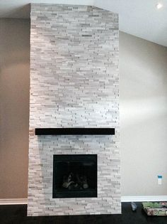 Wonderful Photo modern Stone Fireplace Ideas Stacked stone fireplaces are undeniably gorgeous and can turn what would otherwise be a plain, borin Modern Stone Fireplace, Stone Fireplace Mantel, Natural Stone Fireplaces, Rock Fireplaces, Living Room With Fireplace, Fireplace Design, Modern Fireplaces, Fireplace Ideas, Fireplace Remodel