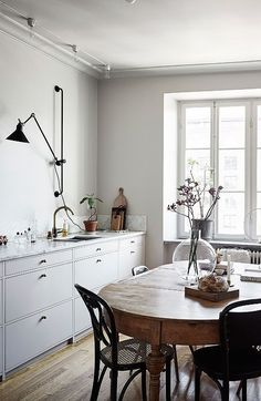 Minimalist Home Interior A perfect mixture of styles - via Coco Lapine Design.Minimalist Home Interior A perfect mixture of styles - via Coco Lapine Design Farmhouse Style Kitchen, Modern Farmhouse Kitchens, Home Kitchens, Kitchen Wood, Farmhouse Design, Diy Kitchen, Kitchen Dining, Room Kitchen, Kitchen Sink