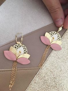 Floral earrings leather jewelry gold, white and Rose, wedding accessory, jewelry witness, color customization Boucles d'oreilles florale Cuir bijou Doré Blanc et Rose Golden Jewelry, Pink Jewelry, Fabric Jewelry, Etsy Jewelry, Jewelry Crafts, Handmade Jewelry, Jewellery, Diy Leather Earrings, Leather Jewelry