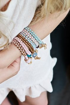 Full DIY tutorial on how to make these fun braided leather bracelet by lebenslustiger.com Make these as a gift or as an accessoire for your summer wardrobe. Pick different colors for different looks...