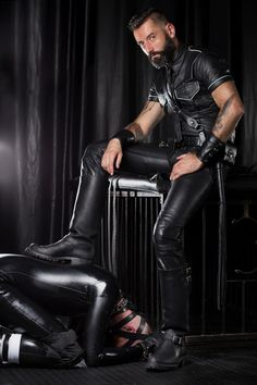 Mens Leather Pants, Leather Gloves, Leather Tops, Big Black Boots, Bad Boy Style, Latex Men, Leder Outfits, Men In Uniform, Sexy Men