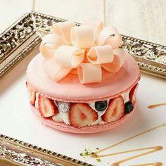 Gateau charlotte aux fraises effet macaron et cadeau. Merci à nos artisans pâtissiers de nous ravir les yeux et les papilles. L'Atelier