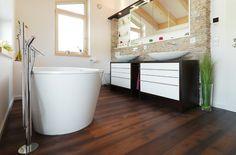 parquet flottant en bois foncé et salle de bain
