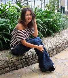 Blusa ombro a ombro listrada e calça jeans flare. Off shoulder striped blouse and flared jeans. #ootd #lookdodia #blogdemoda #estilo