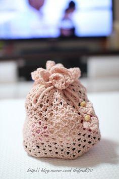 코바늘 파우치 ( 도안 ) : 네이버 블로그 Crochet Sachet, Crochet Bouquet, Crochet Pouch, Crochet Doilies, Crochet 101, Crochet Crafts, Crochet Stitches, Crochet Handbags, Crochet Tote