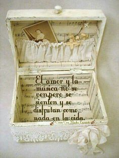 Shabby Suitcase Decorated With Sheet Music. flowers aesthetic Easy to Make Romantic Sheet Music Decorating Projects- DIY Vintage Decor Ideas 2017 Diy Vintage, Vintage Crafts, Vintage Decor, Shabby Vintage, Vintage Style, Vintage Picnic, Collage Simple, Manualidades Shabby Chic, Sheet Music Crafts