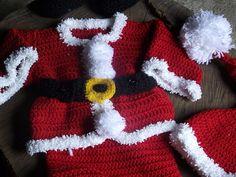 Conjunto composto por calça, casaco,gorro e botinhas confeccionados em crochê.  cor - vermelho com detalhes branco e preto  tamanhos - 1 a 3/ 3 a 6/ 6 a9/ 12 meses R$ 120,00