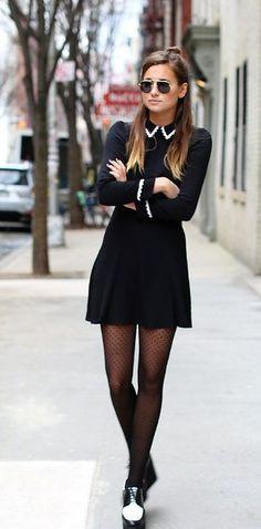 Conviértete en una Merlina citadina: Con un medio-bun en el pelo y zapatos dos tonos. | 17 Ideas de moda para lucir como Merlina Addams en tu día a día