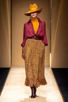 Luisa Spagnoli Fall Winter 2020 - 2021 fashion show at Milano Fashion Week (February Fashion 2020, Runway Fashion, High Fashion, Fashion Show, Fashion Outfits, Fashion Design, Fashion Trends, Fashion Details, Fashion Fashion