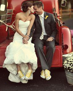 Noivos descolados podem apostar em sapatos diferentes para contrastar com a roupa mais formal. E o all star é uma ótima opção!